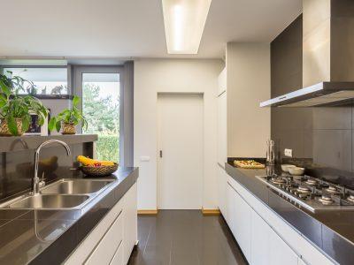 Une cuisine fonctionnelle avec 2 plans de travail et de nombreux rangements