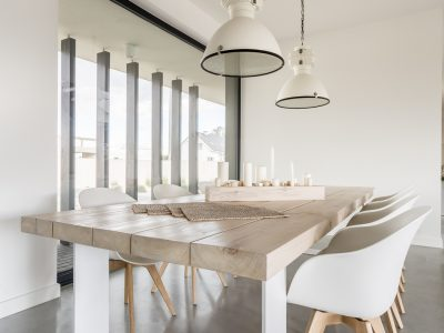 Une salle à manger cozy avec table pleine de style